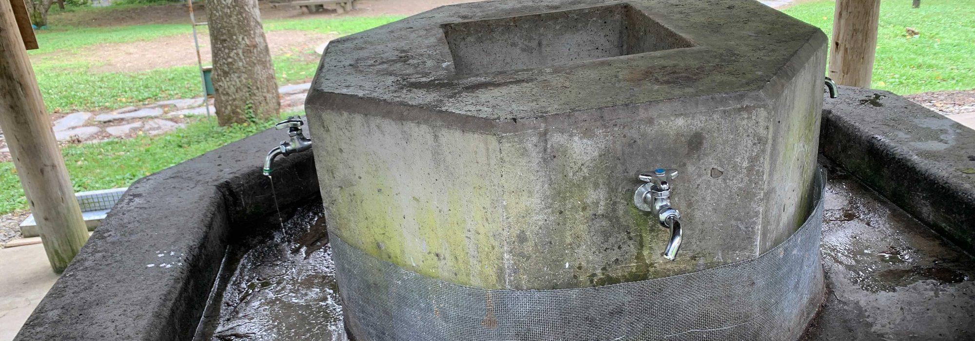 春~秋に使用できる水道(冬は凍結防止で水道は止まっている)