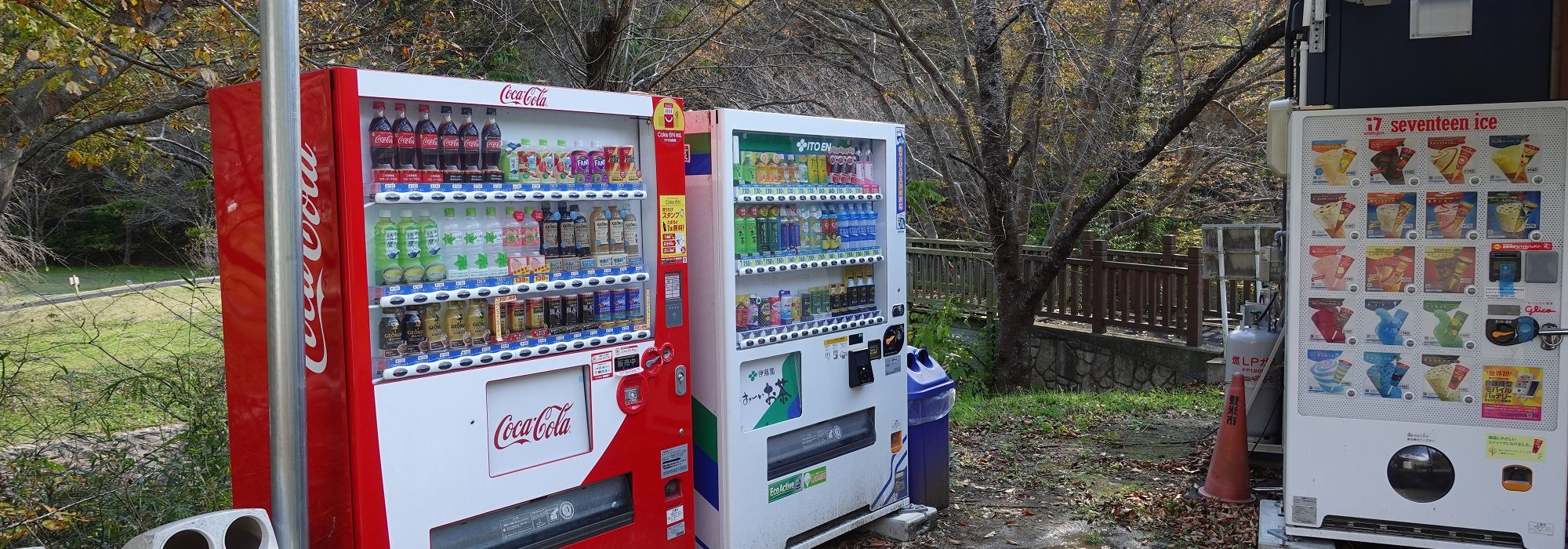 売店の近くには自動販売機(ジュースとアイス)