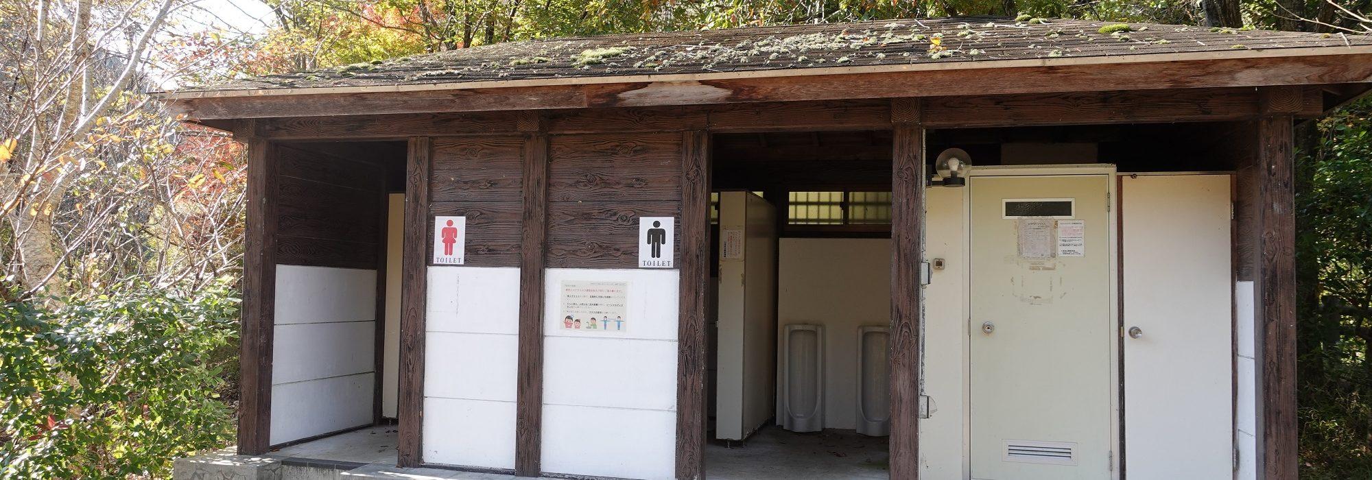トイレは汲取り式の和式